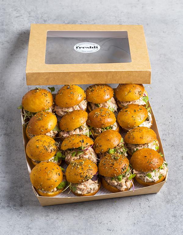 Box de 16 unidades de mini focaccias de ensalada de atún con tomate cherry y rúcula