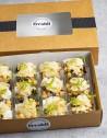 12 mini ensaladas César compuestas de lechuga con pollo marinado, escamas de parmesano y salsa César