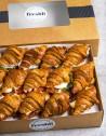 Box de 15 unidades de mini croissants rellenos de jamón ibérico, queso cheddar, lechuga iceberg y tomate en rodajas.