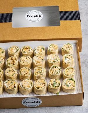 Box de 24 unidades de wrap roll César: pollo adobado, parmesano, rúcula y salsa César