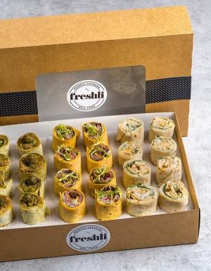 Box de 24 unidades de mini wraps: caviar de berenjena, ternera, César con pollo y salmón.