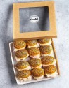 Box de 12 unidades de mini brioches de pechuga de pavo loncheada y quedo Edam. Pan tierno navette con semillas de sésamo