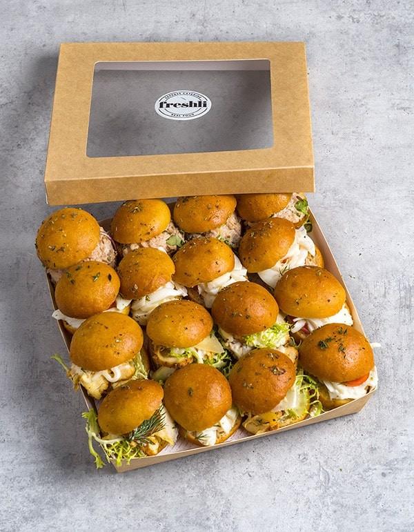 Box de 16 unidades de mini focaccias variadas: pollo trufado, vegetal y ensalada de atún.