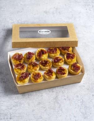 Box de 15 unidades de mini quiche de jamón ibérico, puerro, crema y aceite de oliva virgen extra