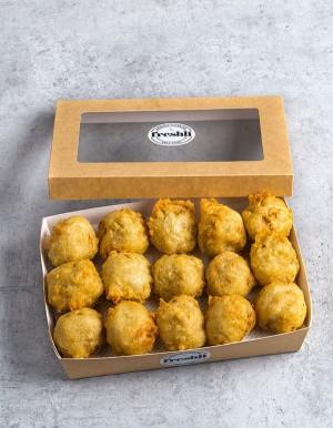 Box de 15 unidades de buñuelos crujientes y cremosos de bacalao.