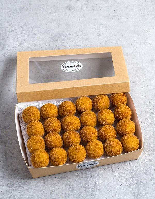 Box de 24 unidades de croquetas variadas: 8 de marisco, 8 de pollo y 8 de ceps con parmesano.