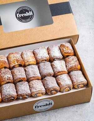 Box de 21 unidades de mini napolitanas rellenas de chocolate y cubiertas con azúcar glas.
