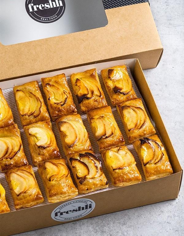Box de 18 unidades de mini hojaldres de manzana cubiertos con una fina base de gelatina.