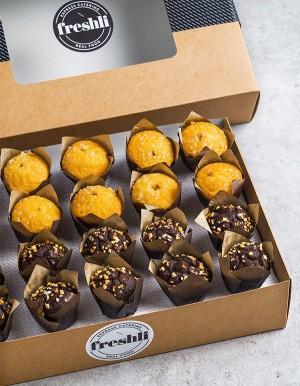 Box de 20 unidades de mini muffins variados: diez muffins de chocolate y diez muffins rellenos de frutos rojos.